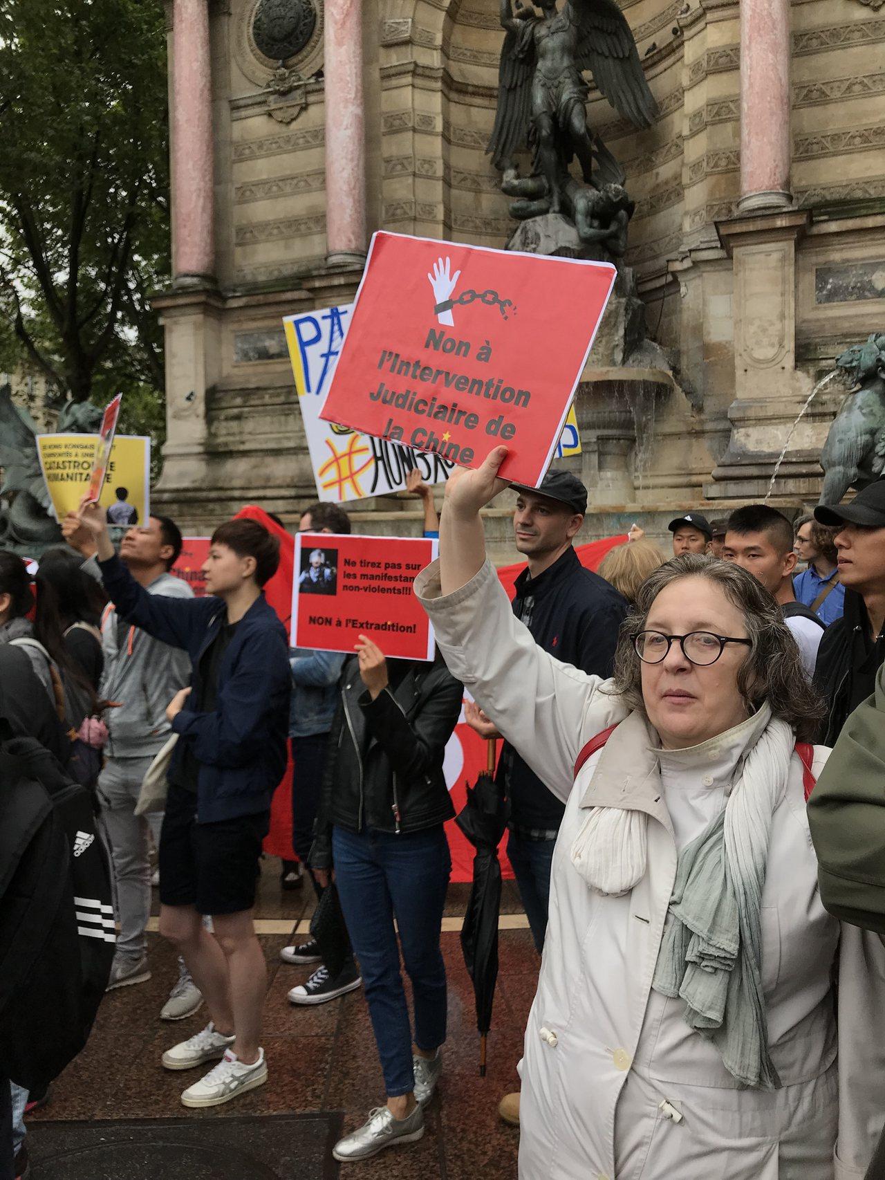 旅居巴黎的香港人集會支持香港「反送中」運動訴求,關心亞洲情勢的法國民眾也到場,期...