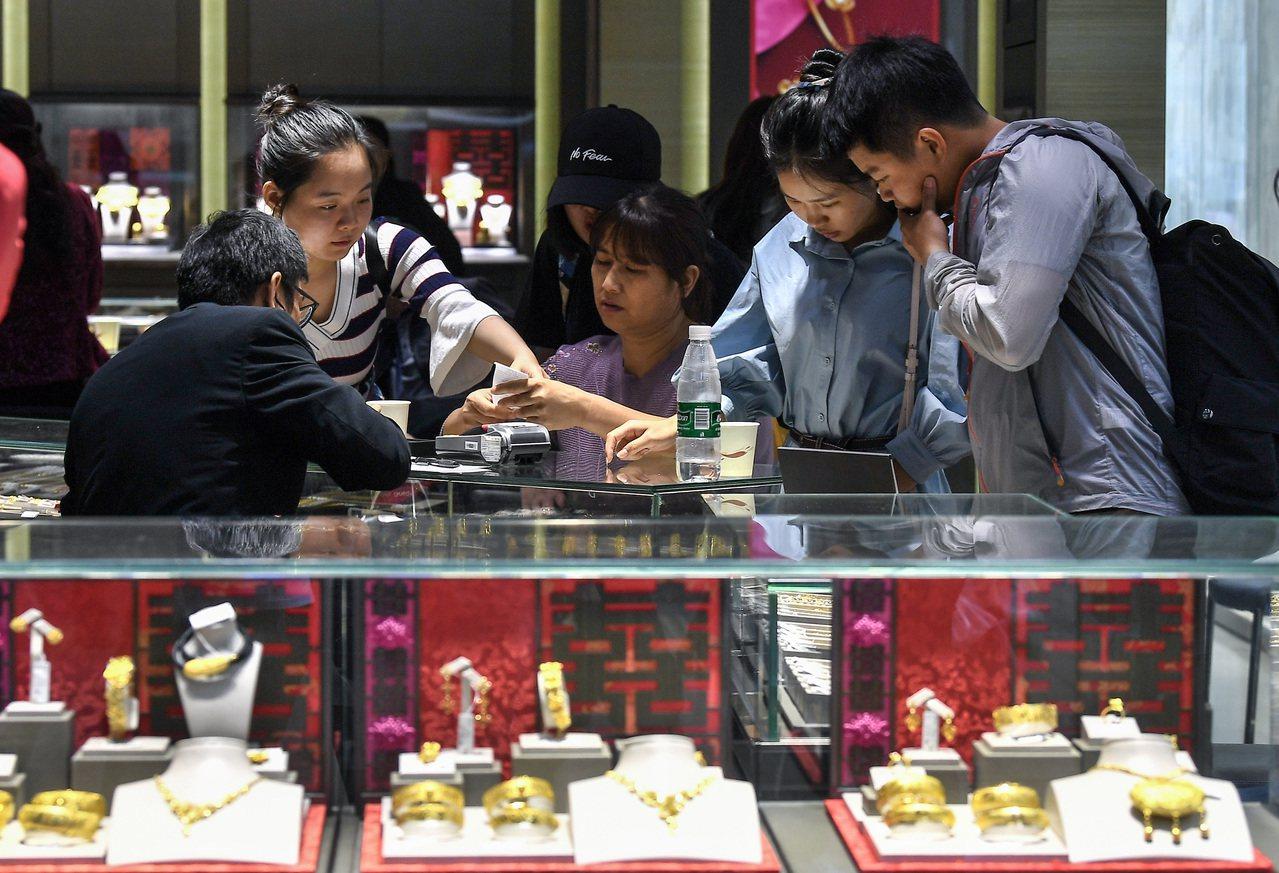 國際金價由每盎司1280美元快速漲至1500美元以上,對有結婚購金需求新人來說,...