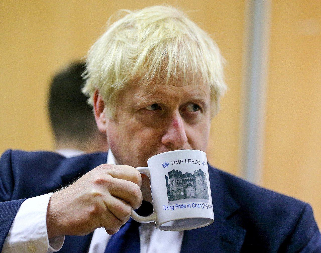英國首相強生受到國會議員施壓,要求他立刻召回正在休假的議員並重啟議事,讓他們回到...