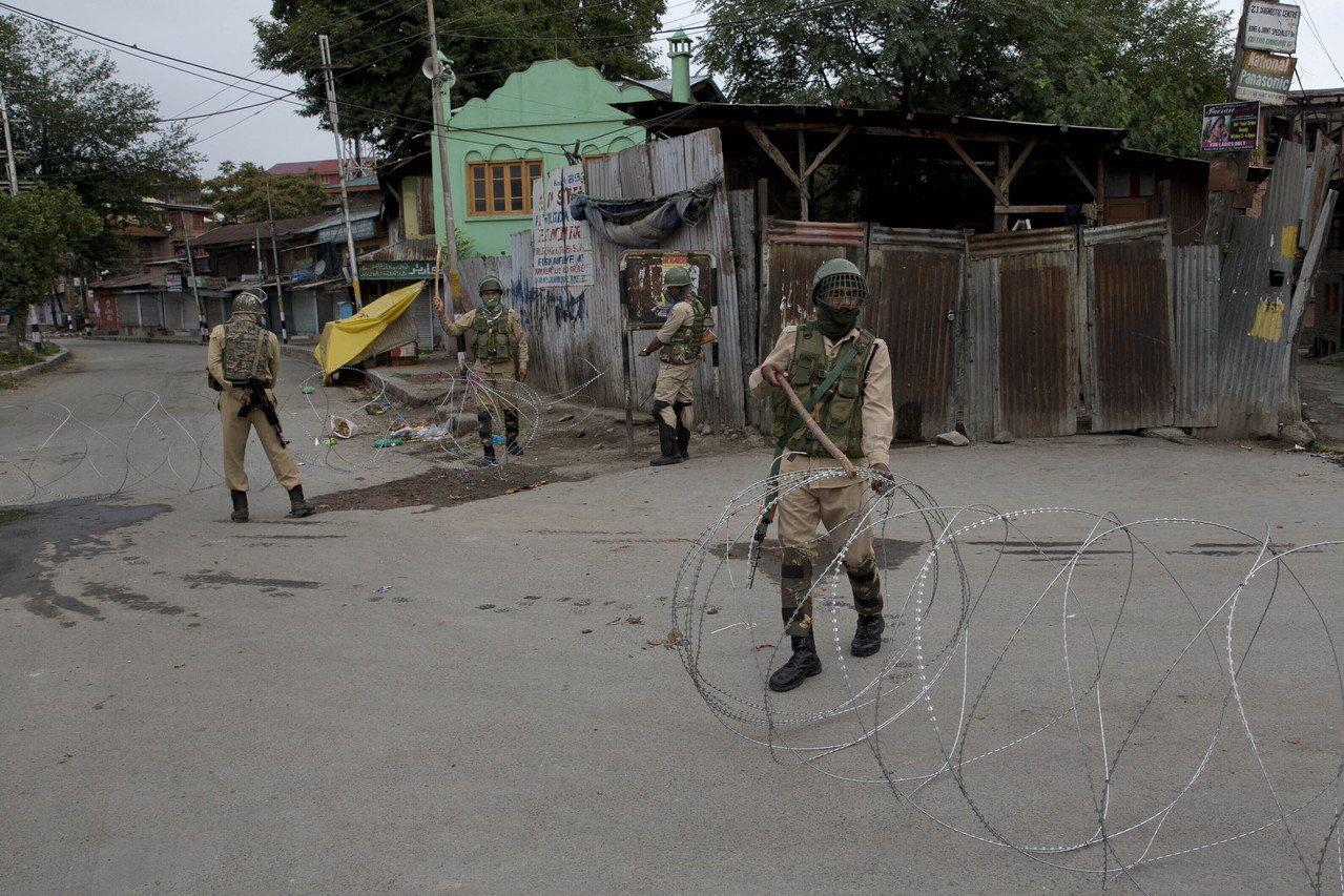 印度所轄克什米爾地區首府斯利那加(Srinagar)17日爆發抗議,衝突造成8人...
