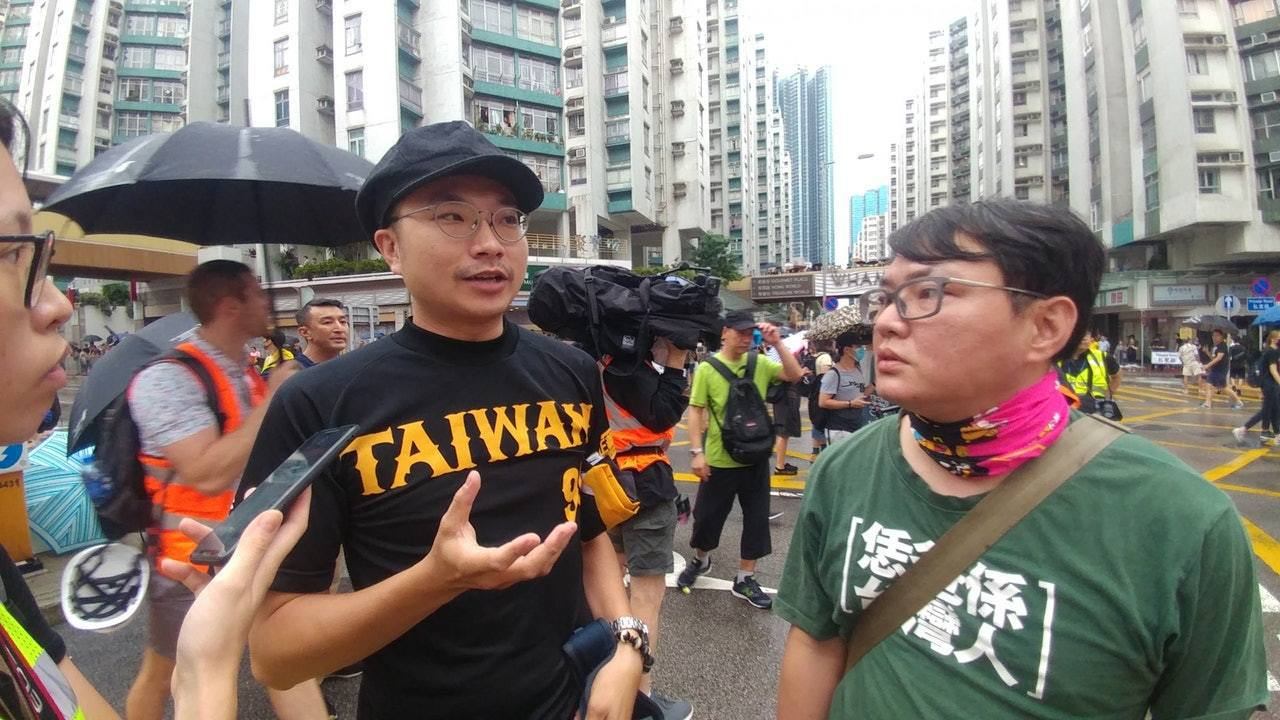 兩名台灣男生小虎及阿進,他們特地由台灣前來香港參加紅土遊行。 圖擷自香港01