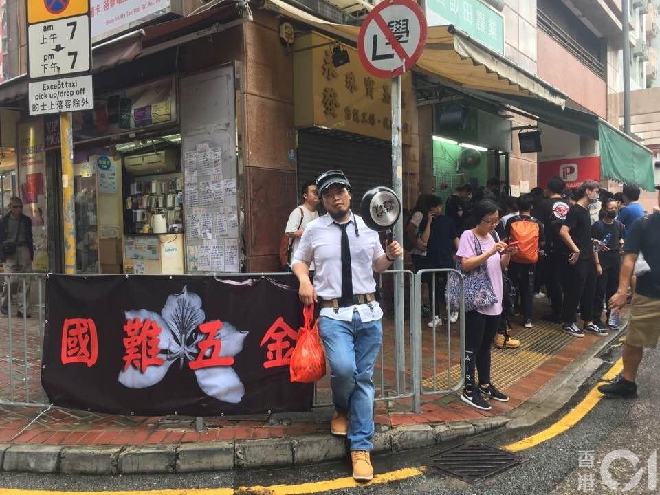 國難五金今日於紅磡青州街再度開業,與上周於大埔擺賣的策略不同,今日所有產品不設散...