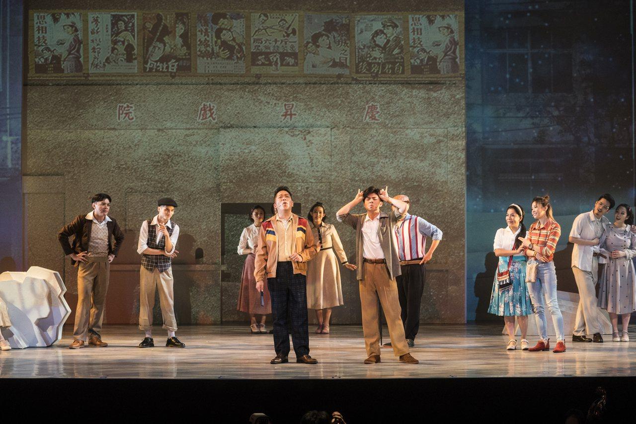 「綠島小夜曲」以穿越劇的形式,帶民眾重返1960年代的台灣,感受一場溫馨真摯的戀...