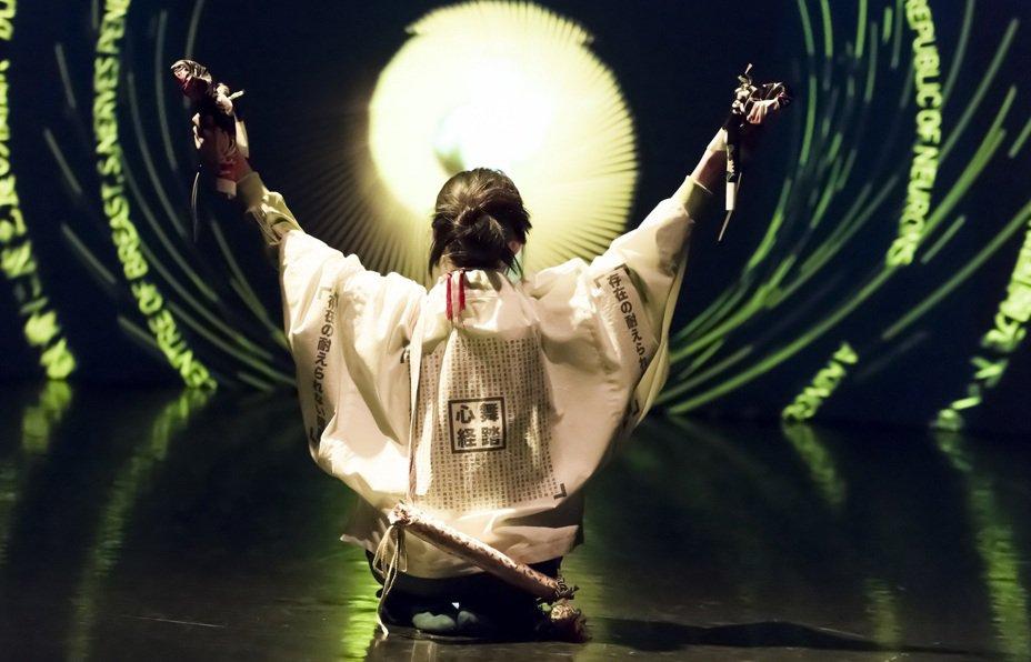 「極黑之暗」透過靈媒向日本已故舞踏大師土方巽請益,跨越陰陽界完成作品。圖/台北藝術節提供