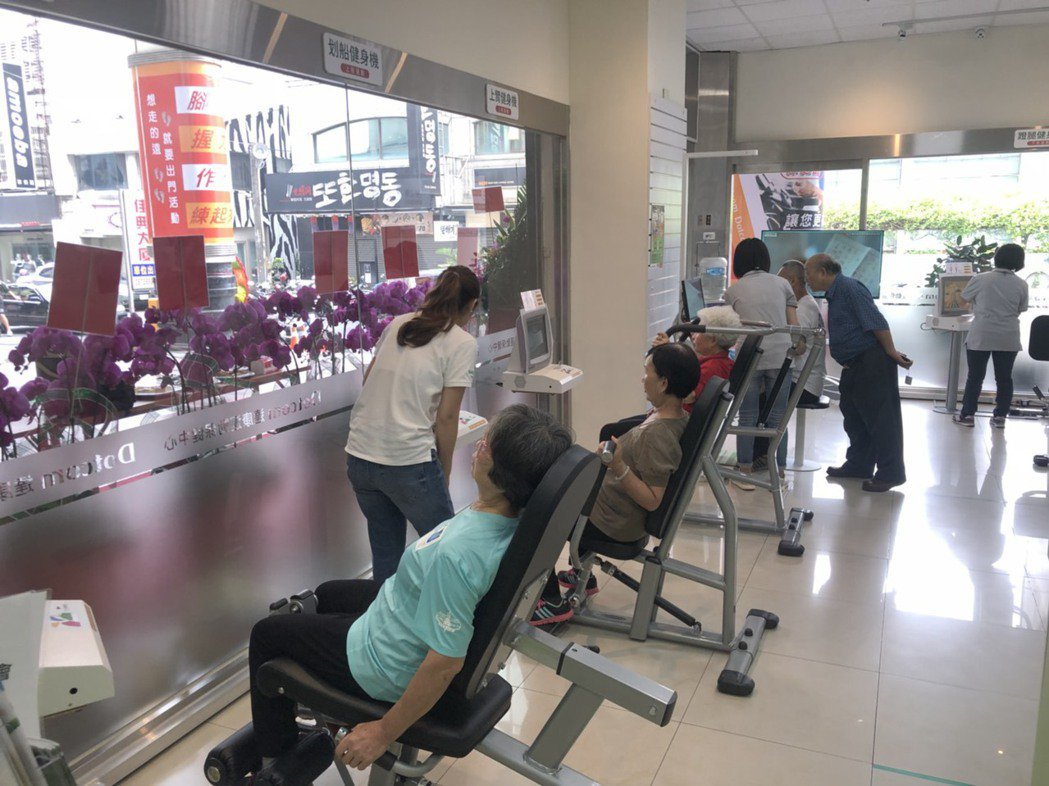 圖為全國第一家專為老年人打造的健身房「達康運動保健中心」,日前在嘉義市成立。本報...