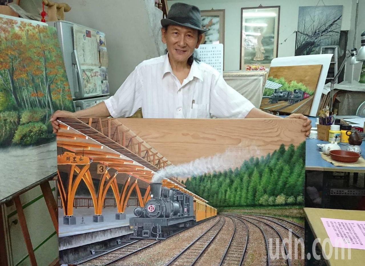 嘉義藝術家童寅,獨創在檜木板上,以油彩創作阿里山森林鐵路火車,作品栩栩如真,述說...