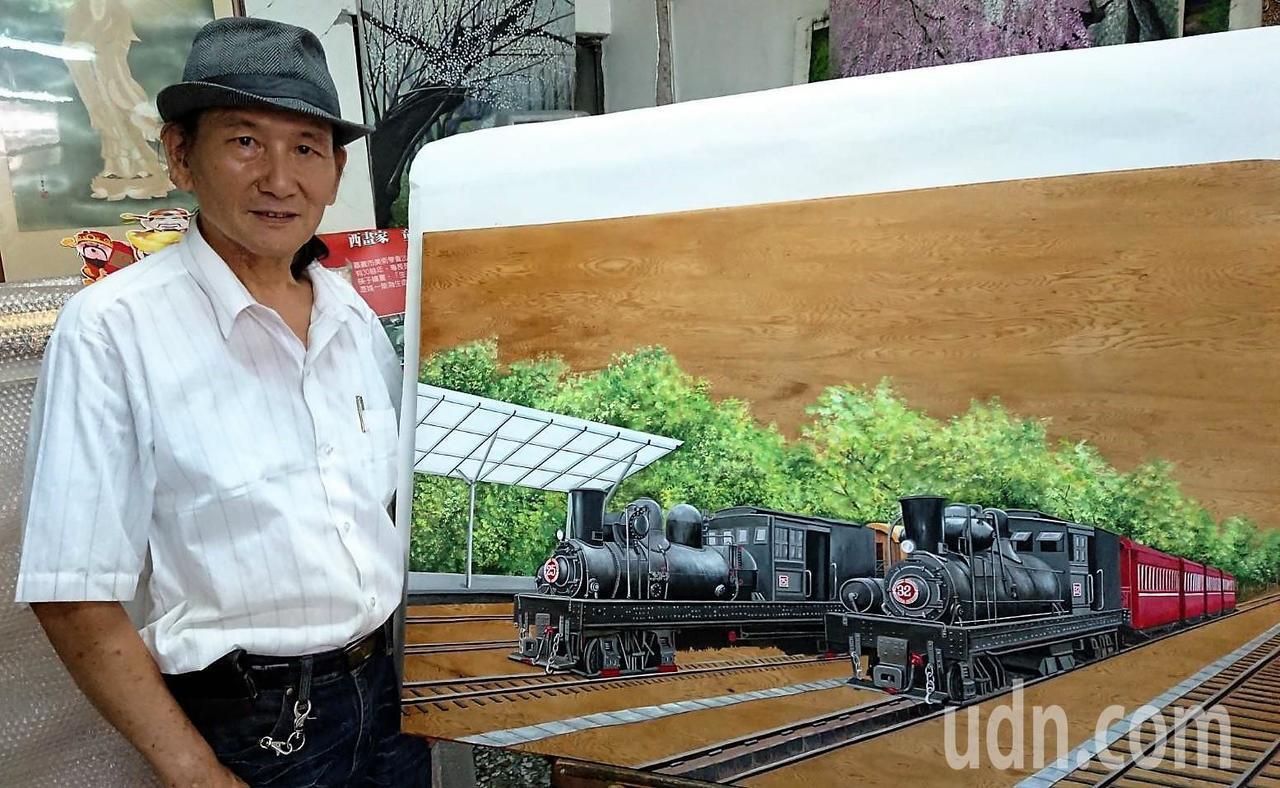 嘉義藝術家童寅,獨創在檜木板上,以油彩創作阿里山森林鐵路火車,作品栩栩如真,也述...