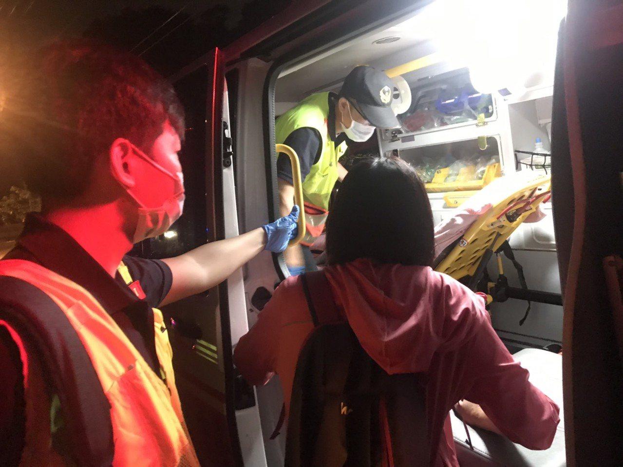 台中市潭子區湳底巷昨晚10時許傳出路面塌陷的意外,一名行經的婦人跌落,幸無生命危...