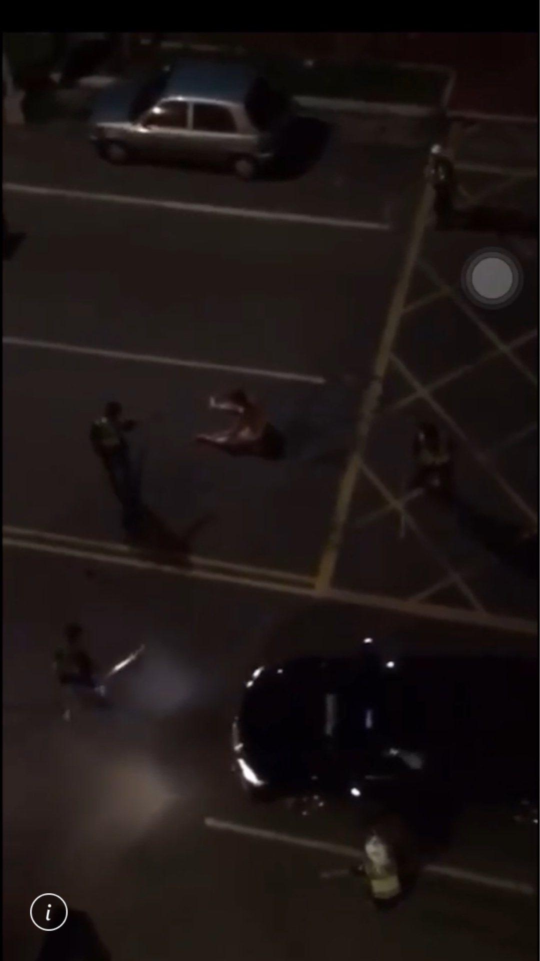 彰化縣一名裸體男子今天凌晨3點多在鹿港鎮中正路突然瘋狂沿路砸車,民眾向警方報案,...