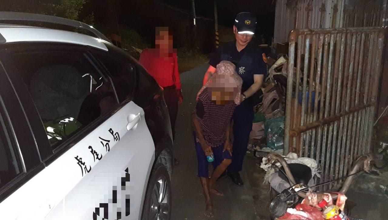 警方協助將郭姓老婦人送回家。圖/警方提供