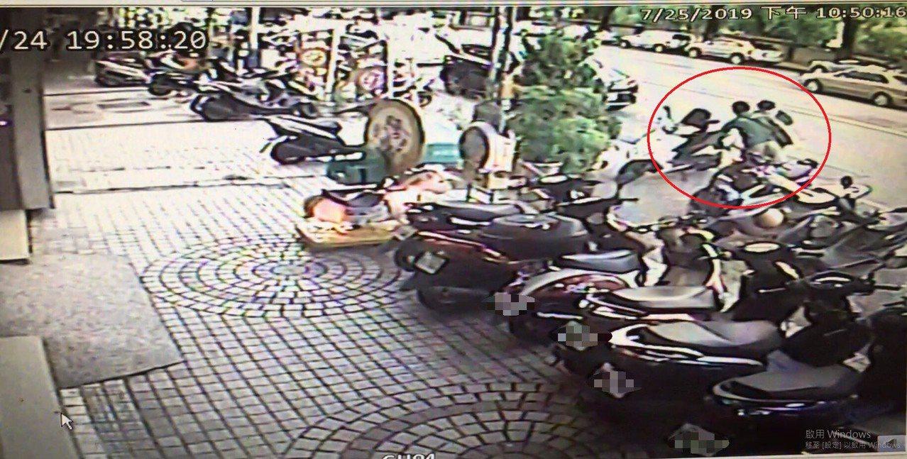 台中市陳姓女子上月24日涉嫌撞到別人機車後逃逸,目擊市民發現後,將陳女的車牌寫成...