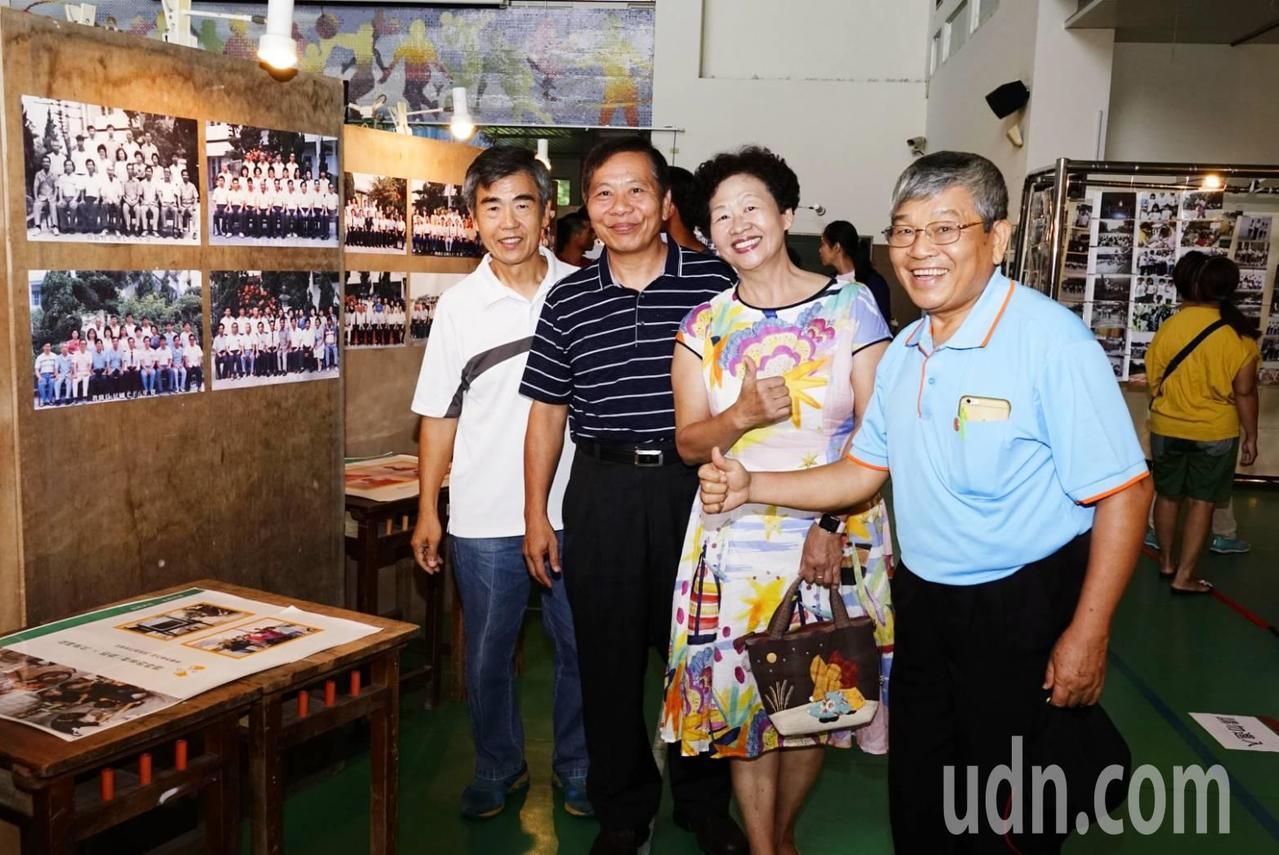 多位校友、村民重返大東國小,開心的欣賞校方舉辦的文物展。記者李京昇/攝影