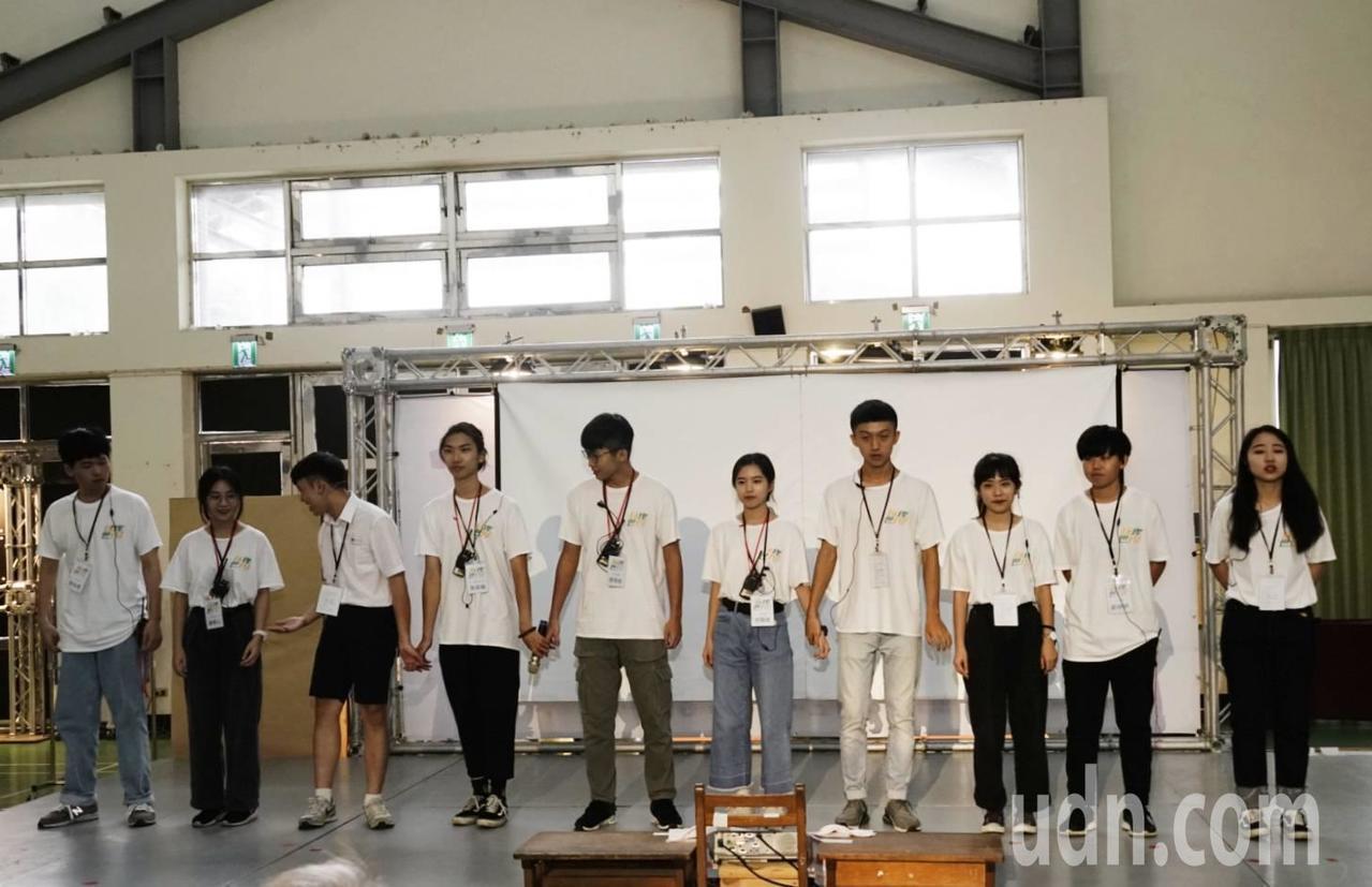 朝陽科技大學10位學生組成的團隊「玩牌世代」,駐村為斗南鎮埤麻社區帶來活力。記者...