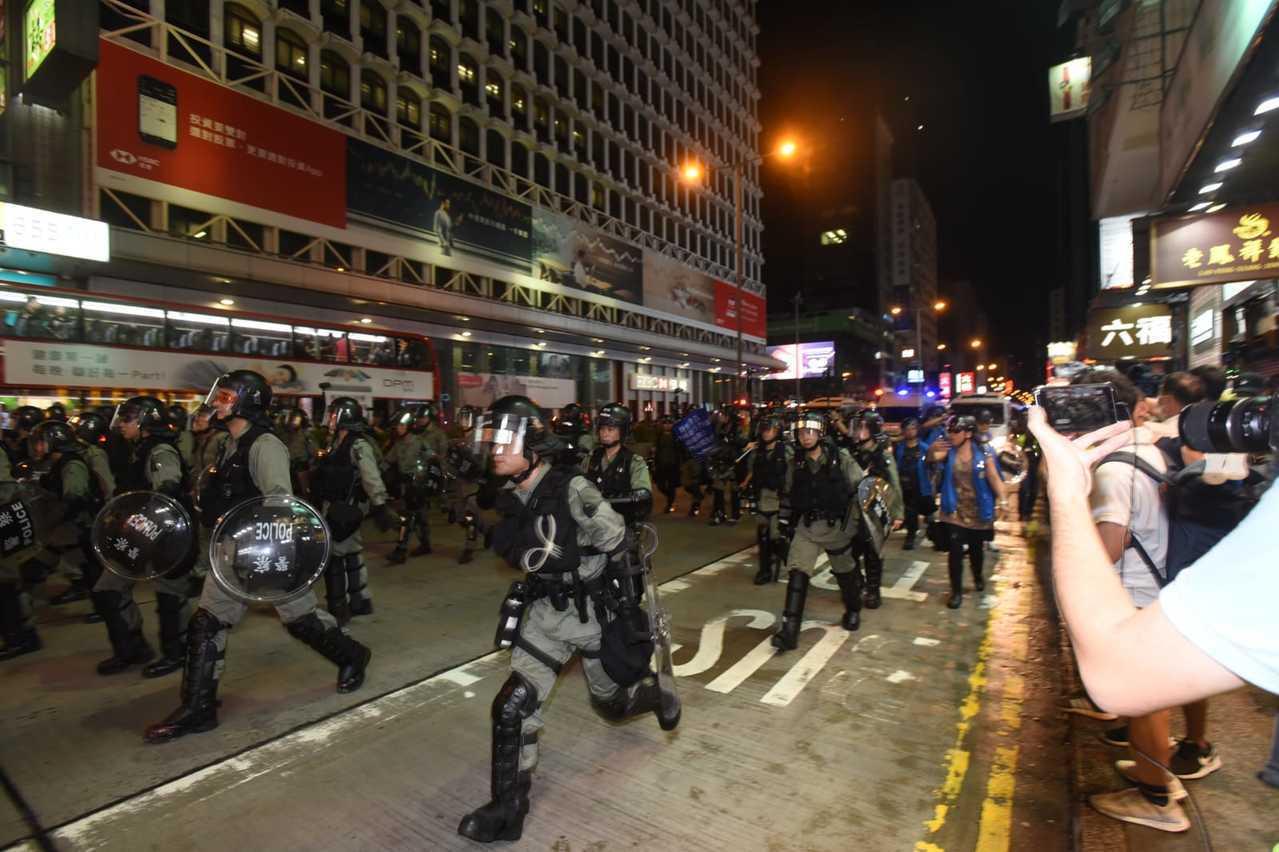 防暴警察驅散反送中示威者。取自星島網