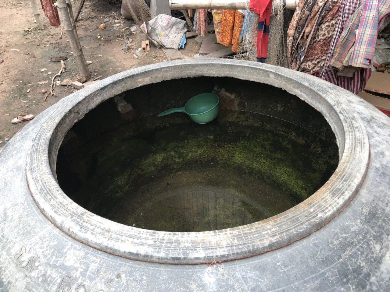 柬埔寨偏鄉居民,多數水源仍利用雨水,並用大水缸儲存,水很混濁。記者馮靖惠/攝影