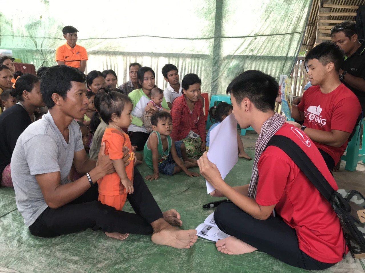 北醫學生到柬埔寨偏鄉進行「急症處理手札」衛教,包括傷口清潔、扭傷緊急固定、腹瀉補...