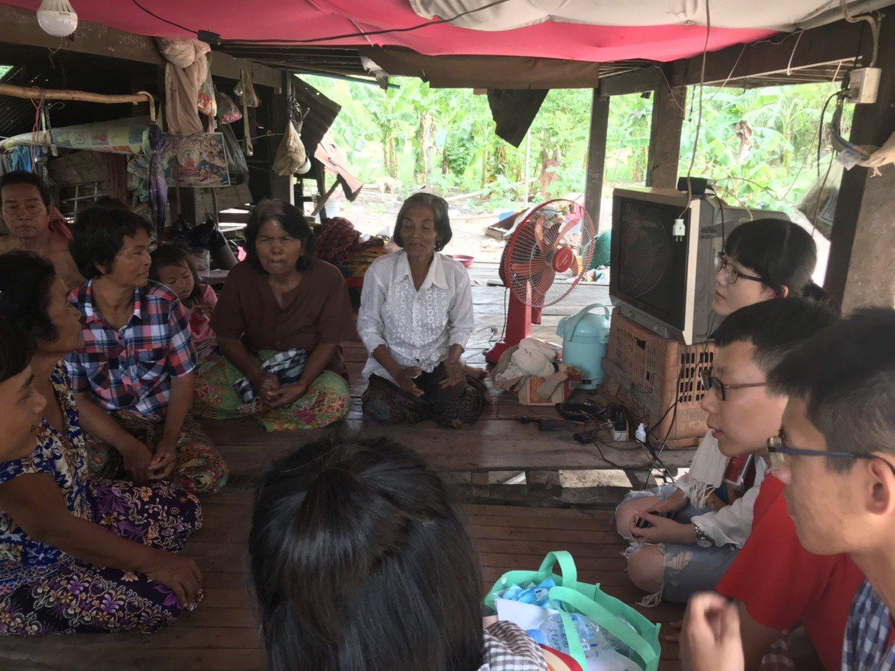 北醫大學生透過家訪,了解柬埔寨偏鄉家戶的用藥觀念和習慣。記者馮靖惠/攝影