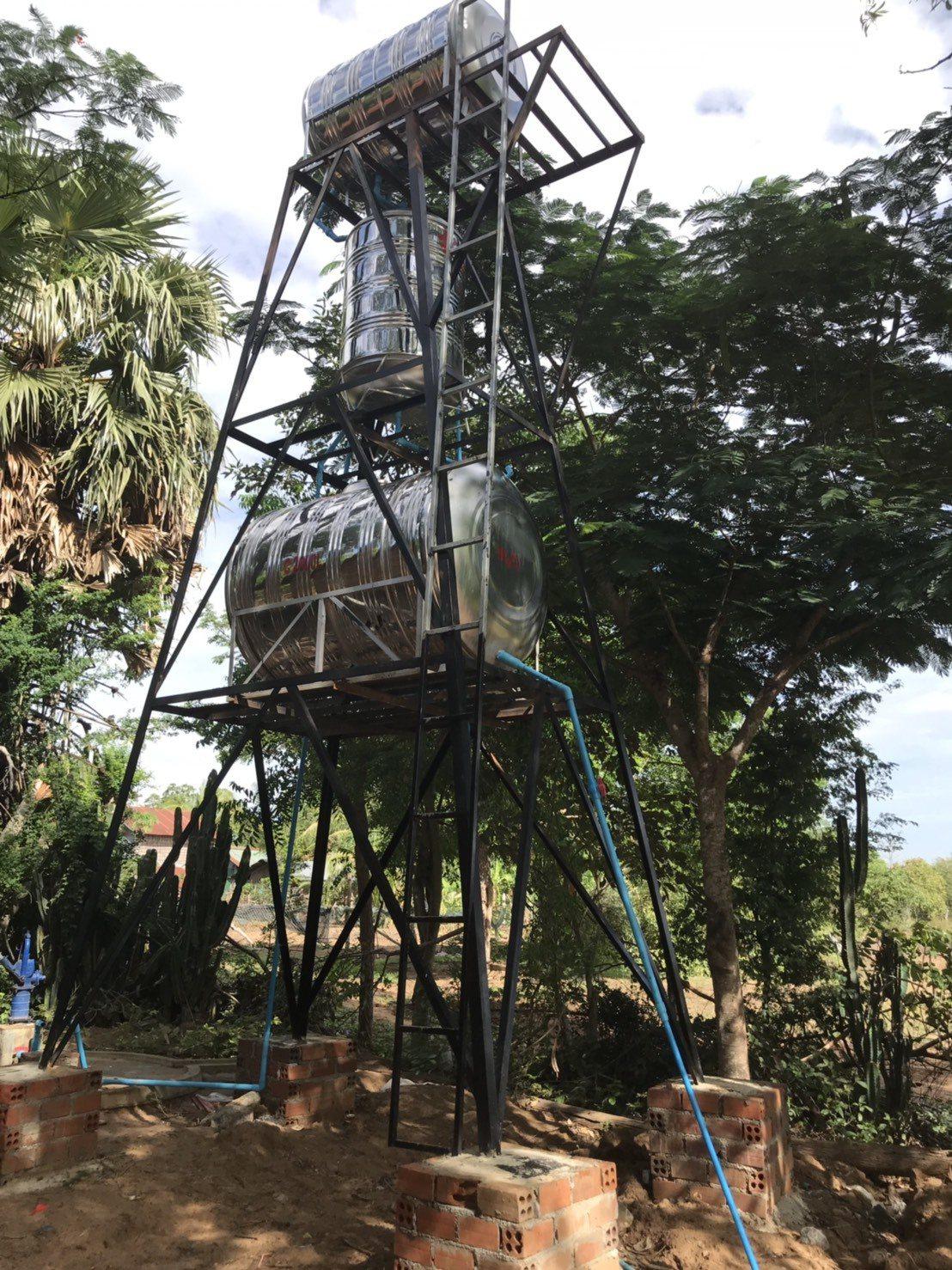 台北醫學大學和實踐大學的學生,近兩年幫助柬埔寨兩所偏鄉小學蓋過濾水塔,讓孩童喝到...