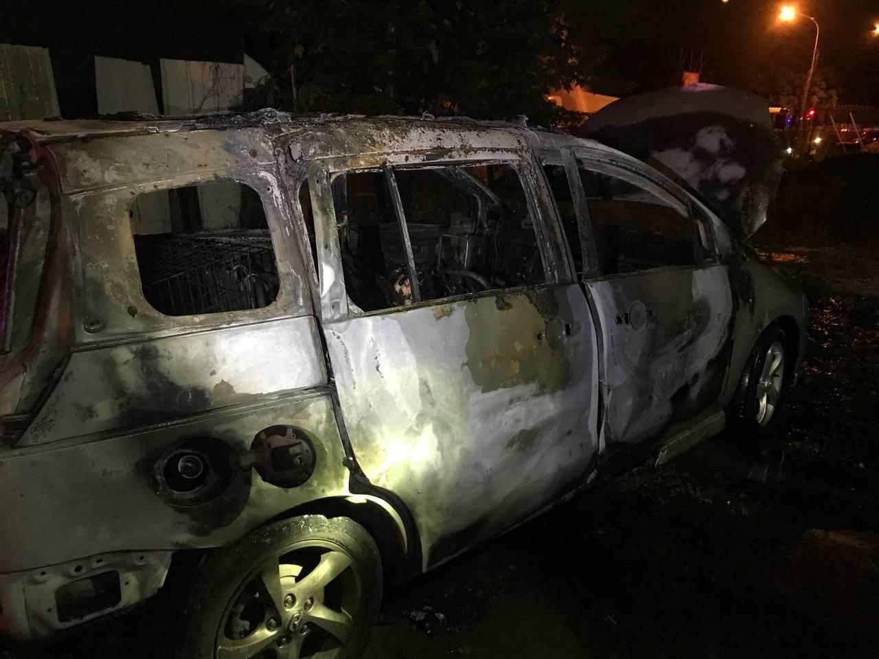 台中市一輛停放在太平區新興一街和太順路口旁空地的休旅車,凌晨4時許突然起火燃燒。...
