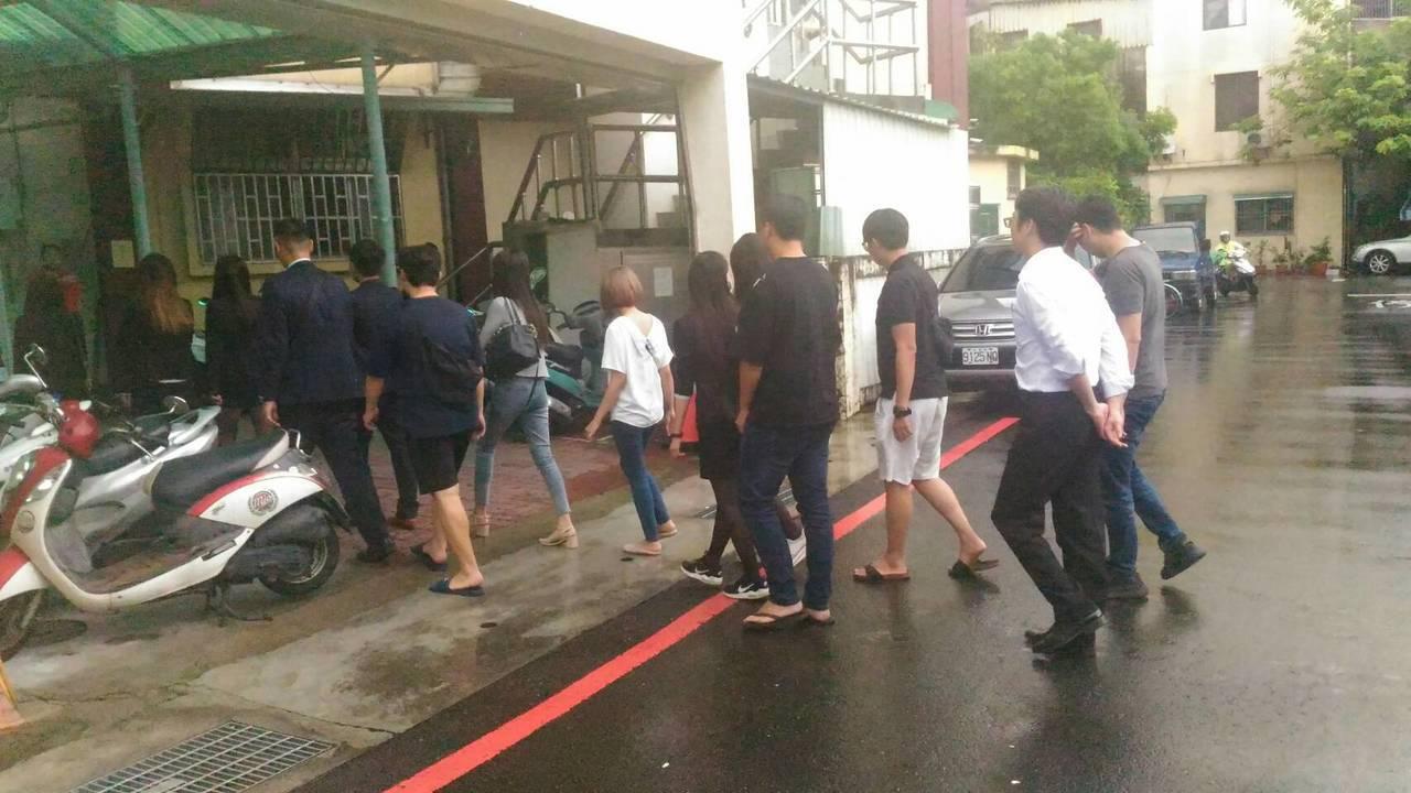 台南市刑大偵八隊破獲主題餐廳大賭場,帶回賭場荷官和工作人員調查。記者黃宣翰/攝影
