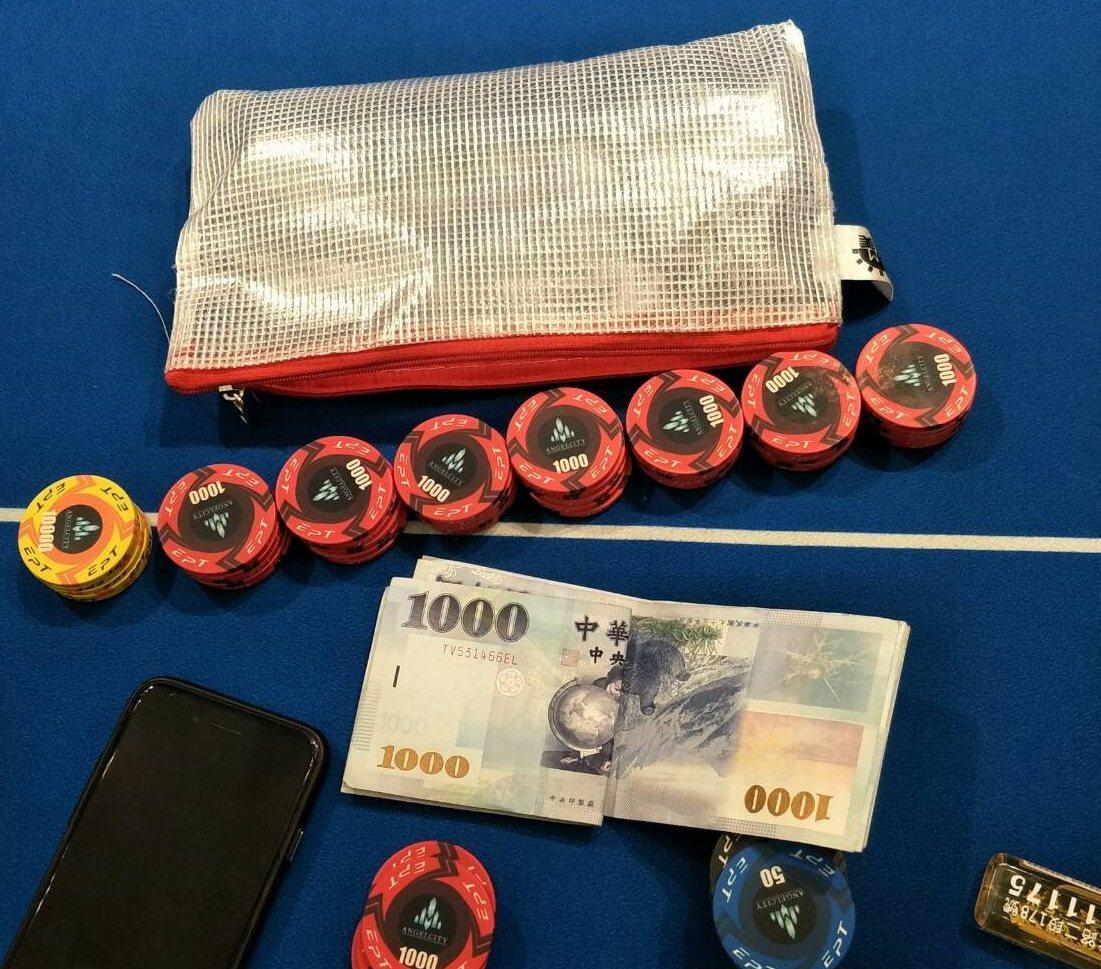 台南市警方破獲主題式餐廳賭場,查扣大批籌碼及賭資。記者黃宣翰/翻攝