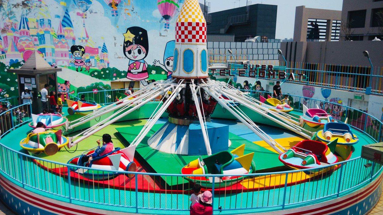 迎接中秋連假期間,高雄大立位在頂樓的空中樂園,要送免費券,10歲以下兒童有免費的...