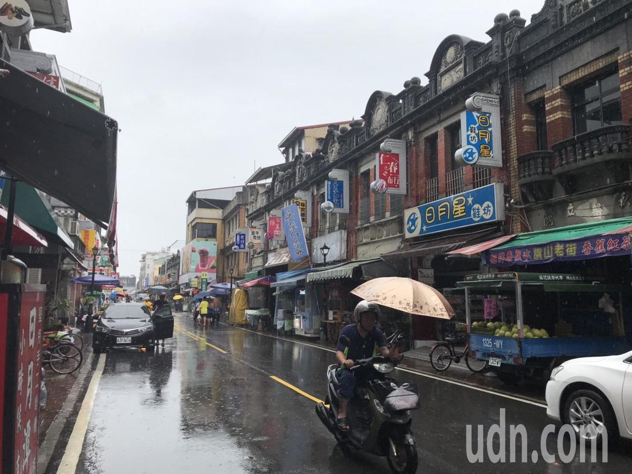 南部雨下不停,今天是假日,高雄旗山老街遊客稀少。記者徐白櫻/攝影