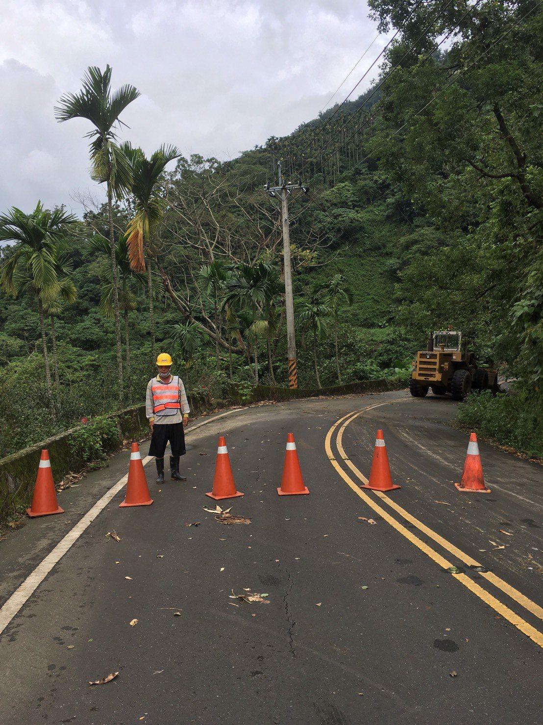 縣府工務處已派遣人員到場封閉警戒道路。圖/雲林縣府工務處提供