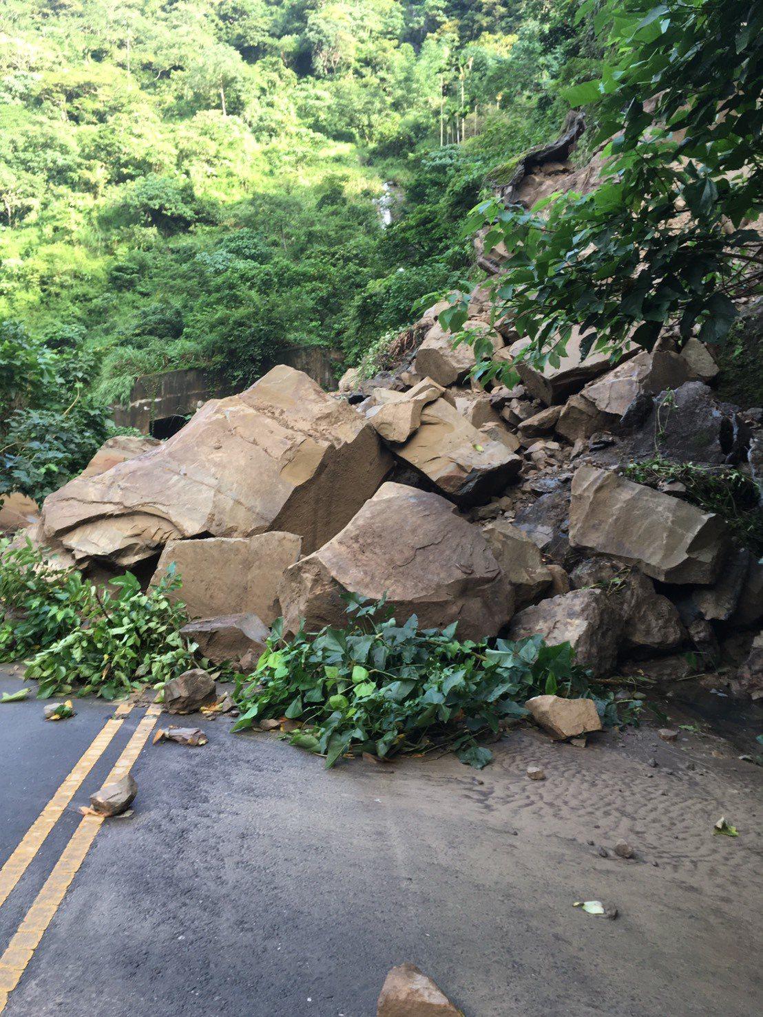 雲林縣古坑鄉149甲線327K+800路段,今天早上7時55分因雨邊坡鬆動坍方。...