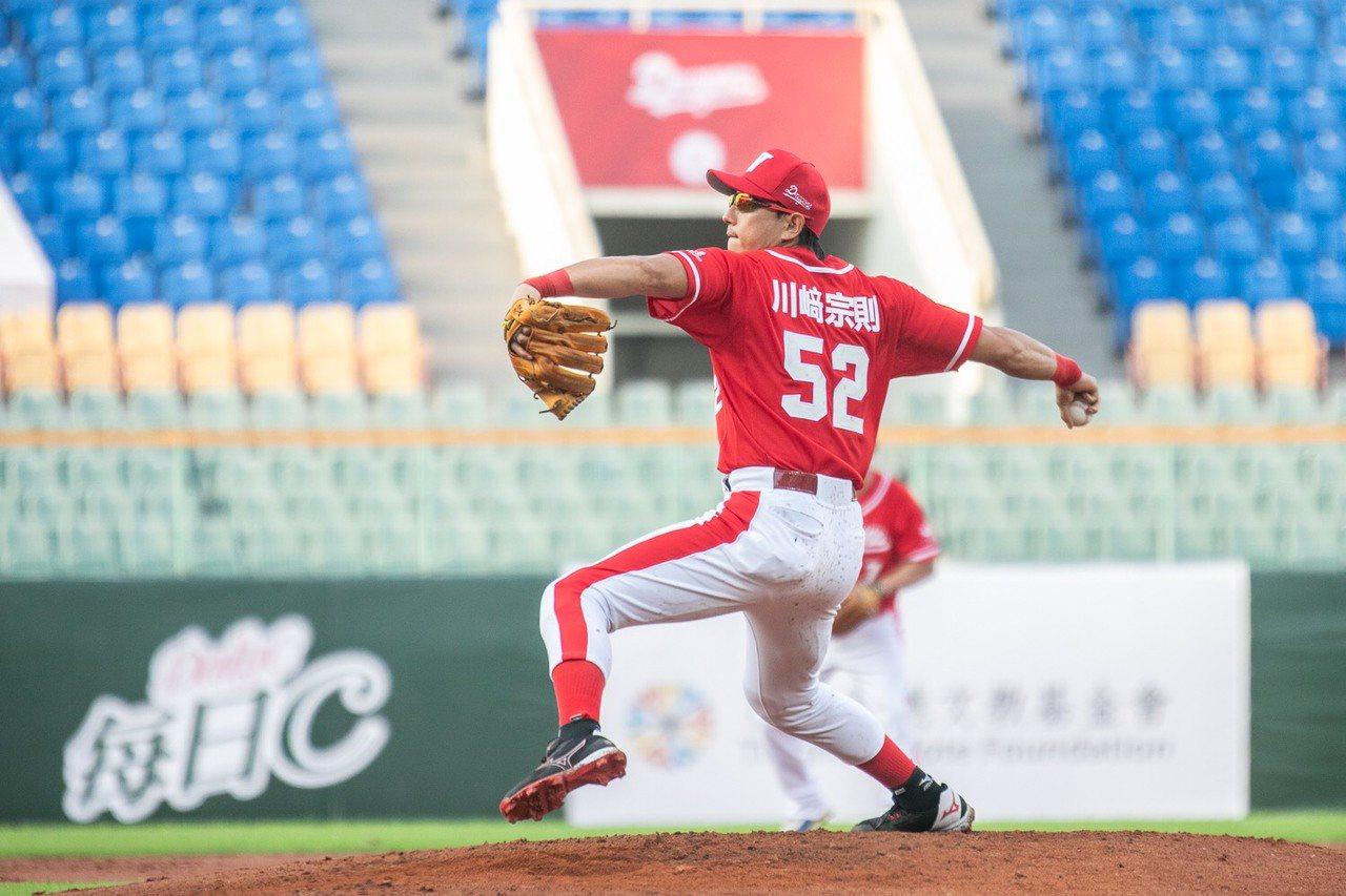 川崎宗則在趣味對抗賽投球。圖/味全龍提供