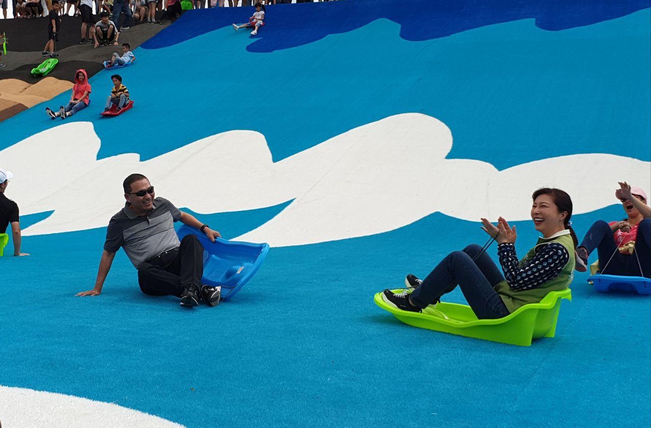 新北大都會公園「瀑布滑草場」今舉辦啟用活動,新北市長侯友宜也到場與市民同樂。記者...