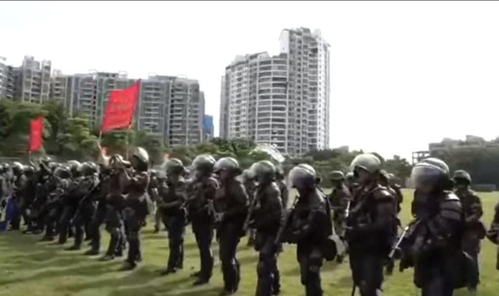 該片段中有武警高舉紅旗,並以粵語警告指:「停止暴力,回頭是岸」。取自香港經濟日報...
