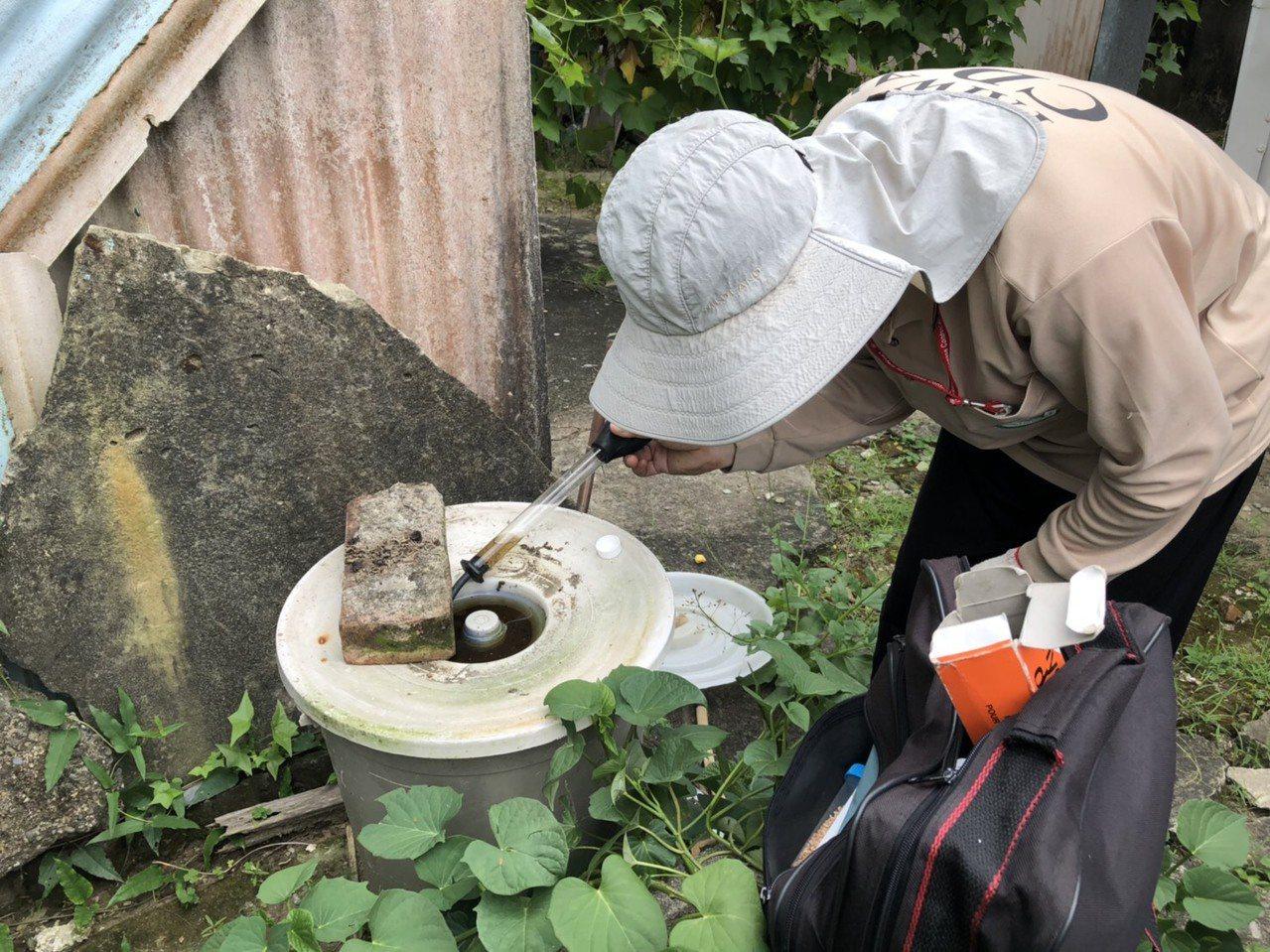 台南市登革熱防治中心人員在各處檢查積水容器,發現大量病媒蚊產卵。圖/衛生局提供