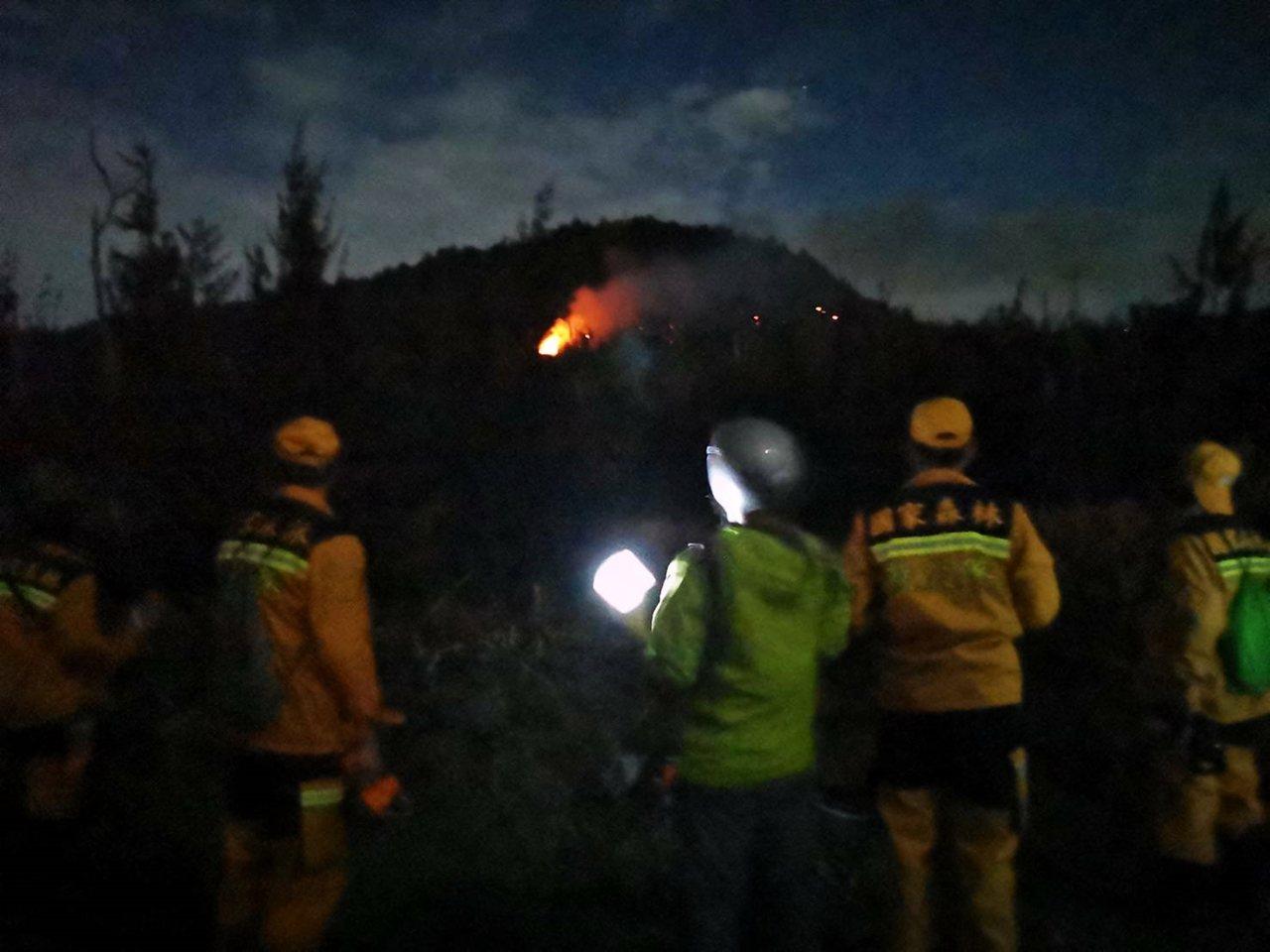 台東縣綠島鄉白沙尾防風林森林火災17日晚上9點許復燃。圖/台東林管處提供