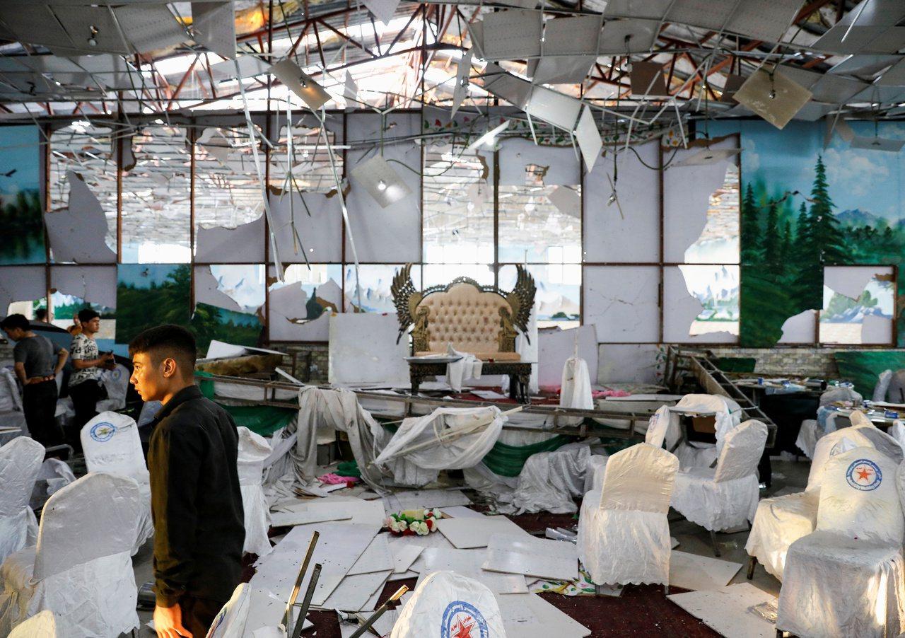 首都喀布爾的一場婚禮周六(17日)晚間發生自殺炸彈客引爆炸彈的悲劇,造成63人死...