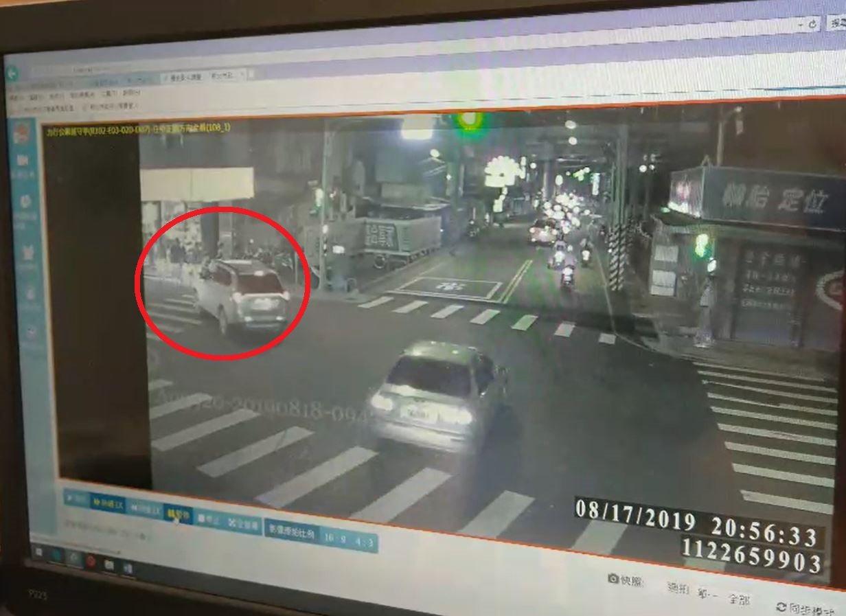 張男昨晚開車行經板南路欲左轉圓通路時,疑因未禮讓行人,差點撞上過馬路的林男一家人...