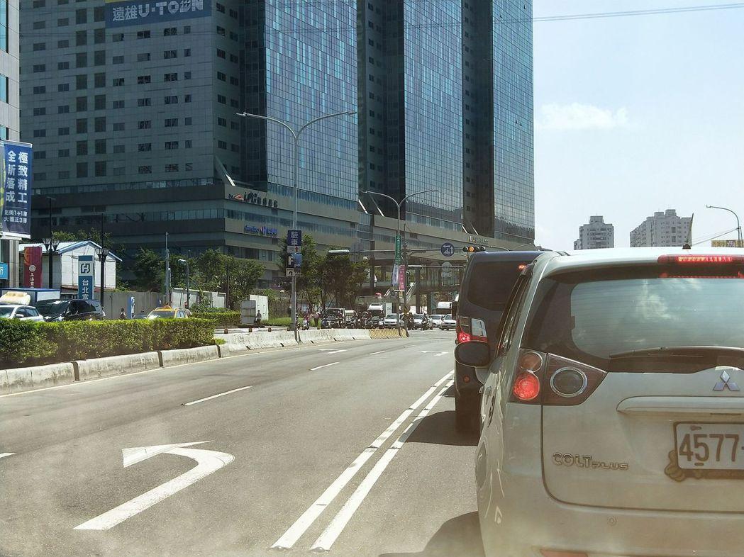 不按馬路標線箭頭行駛,可能要吃上罰單。記者施鴻基/攝影