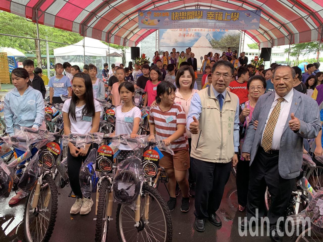 康那香董事長戴榮吉(前排右)以戴竹基金會名義,連12年捐贈百輛腳踏車給家扶 孩子...