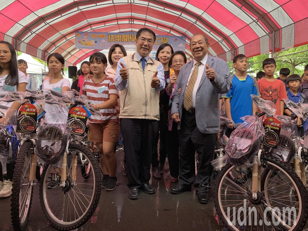康那香董事長戴榮吉(前排右)樂心公益,市長黃偉哲(中)到場致意並表達感謝。記者吳...
