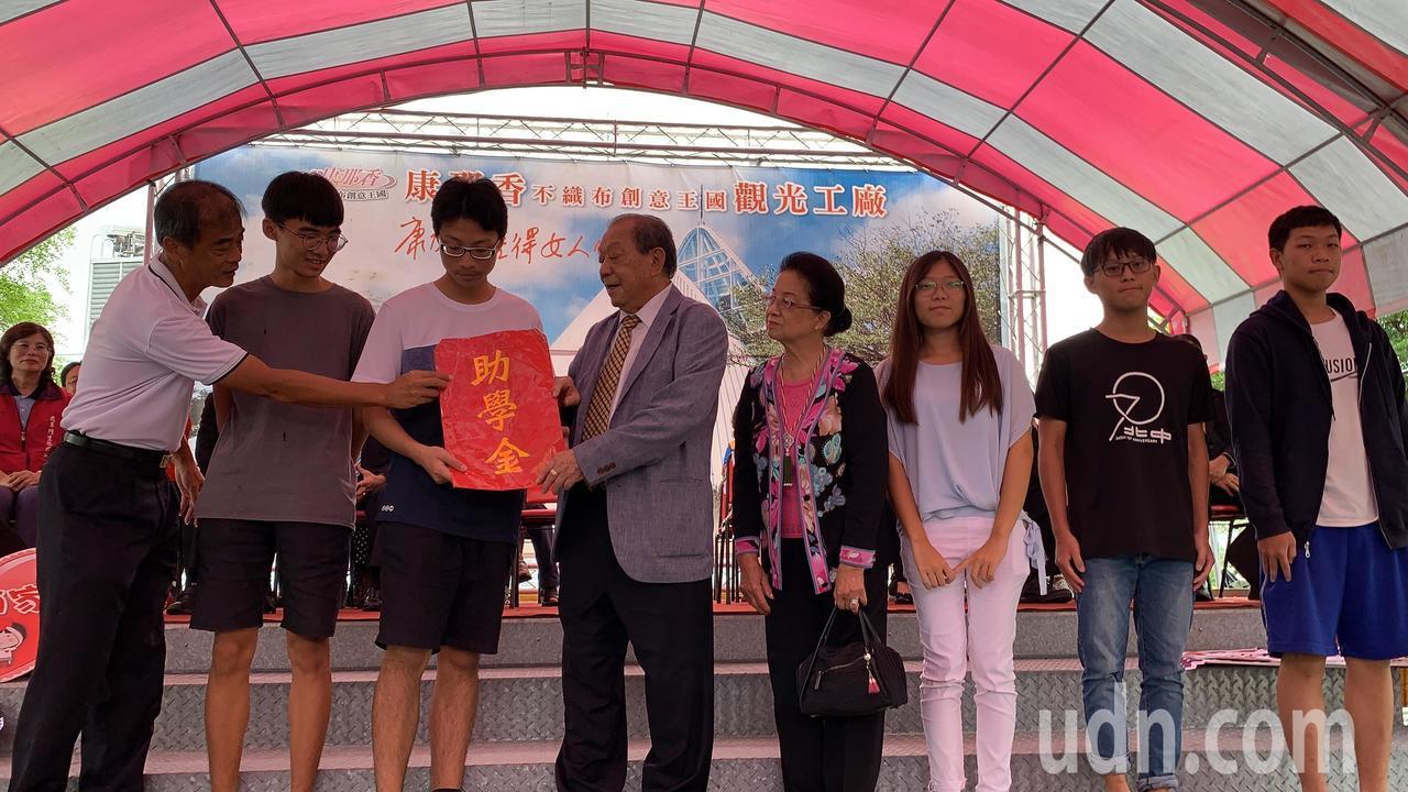 康那香董事長戴榮吉(右五)提供助學金給母校北門高中考上國立大學的優秀學生。記者吳...