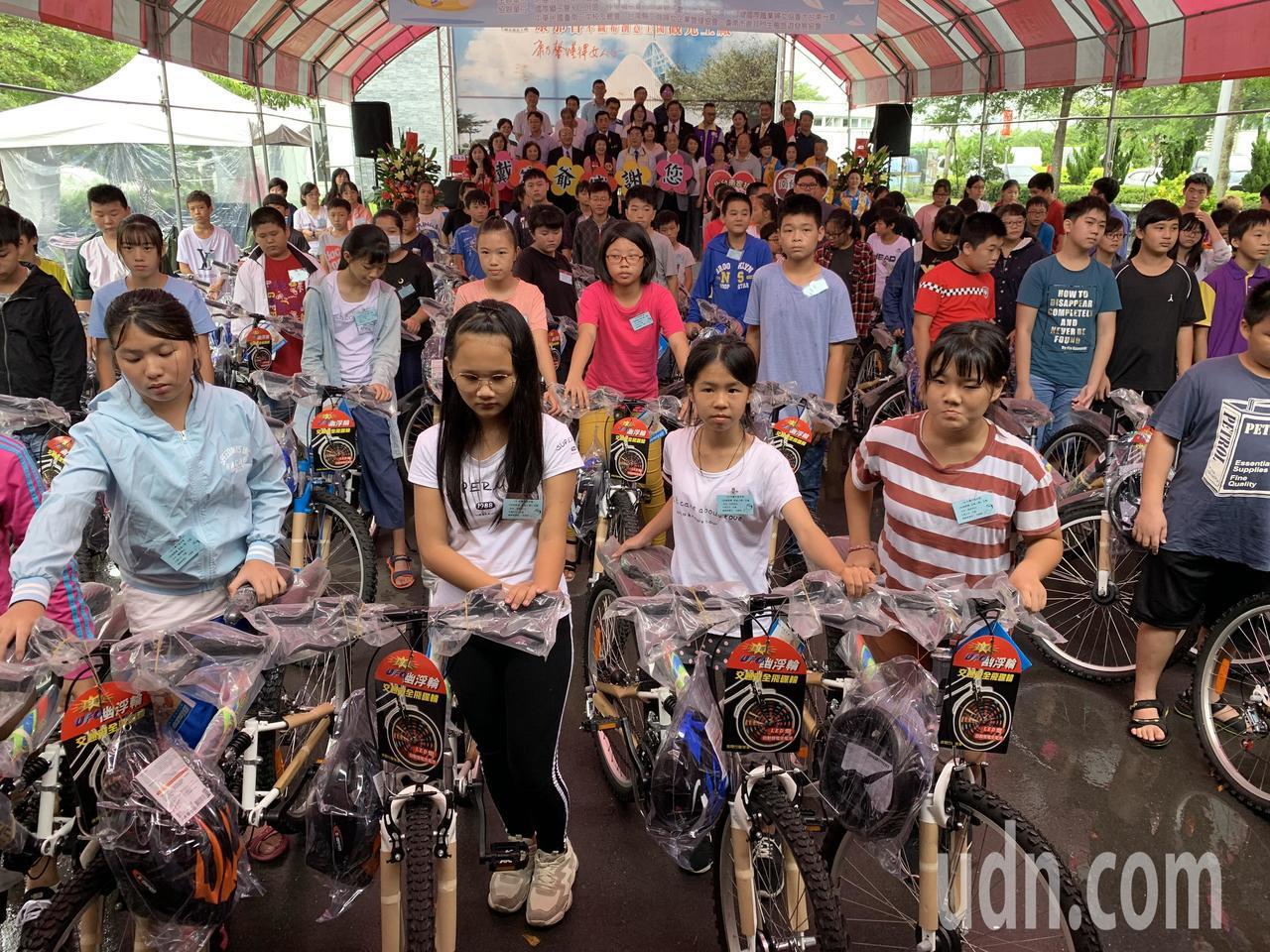 戴竹基金會今贈單車幫助家扶兒開心上學去。記者吳淑玲/攝影