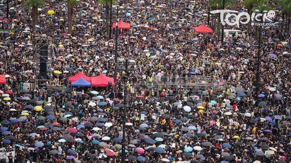 大批身穿黑衣的市民到維園集會,附近地鐵擠爆,港鐵稱或有個別列車不停天后站。取自香...