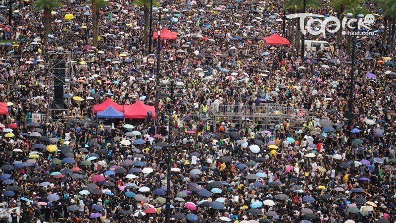大批身穿黑衣的市民到維園集會,附近地鐵擠爆,港鐵稱或有個別列車不停天后站。取自香港經濟日報