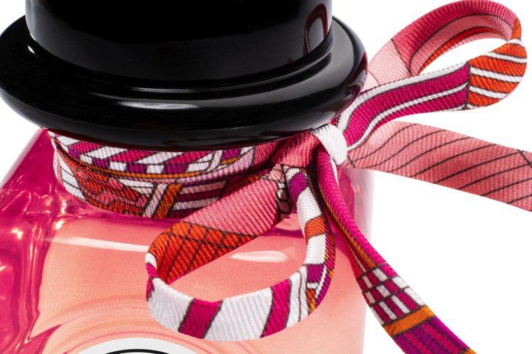 愛馬仕Twilly絲巾香水系列主打獨特纖細絲帶裝飾瓶身。圖/愛馬仕提供