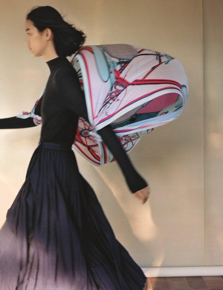 愛馬仕絲巾系列今年呼應品牌「由夢而啟,乘夢前行」的年度主題,將設計師們腦海中充滿...