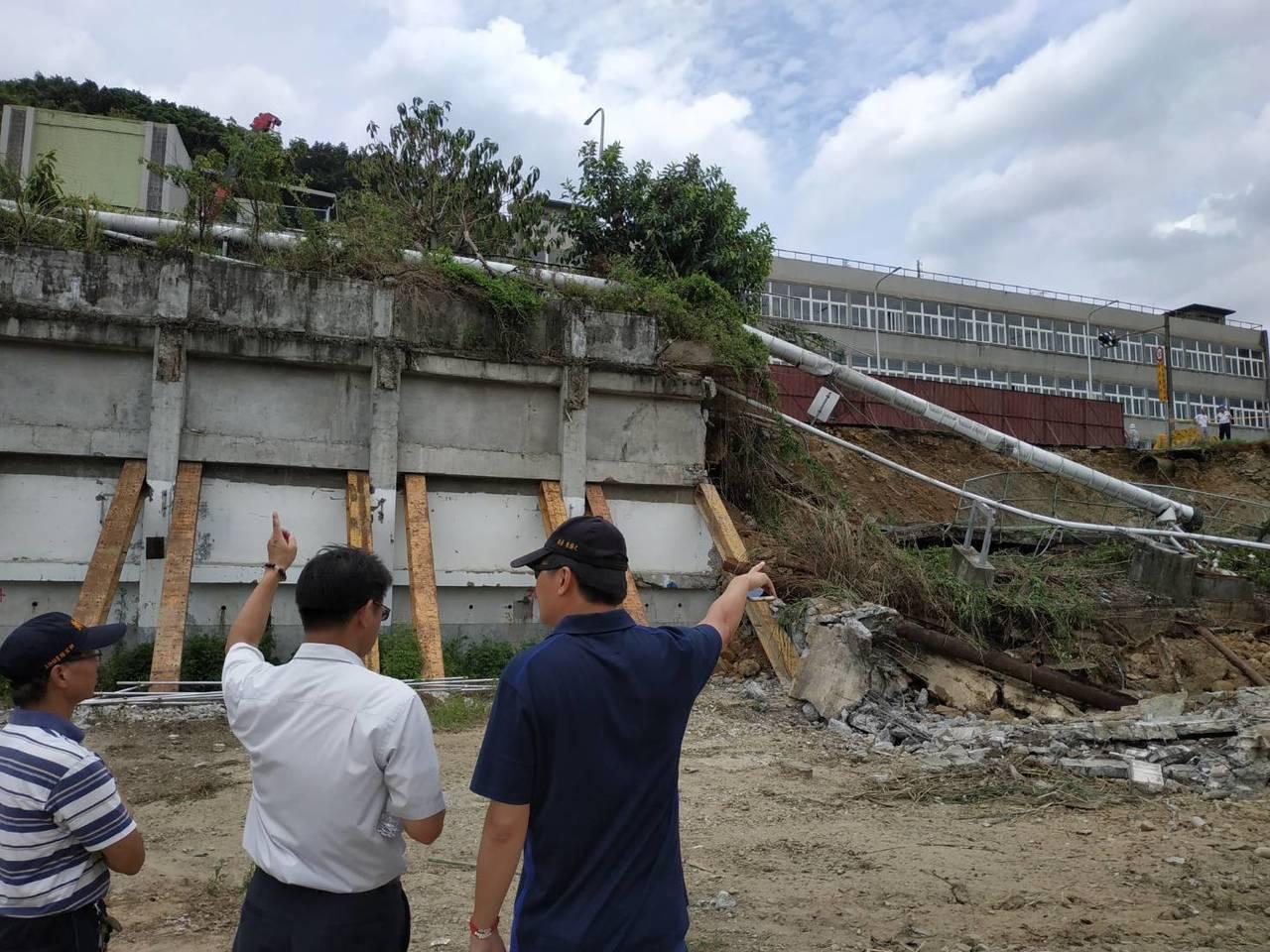 新北市工務局接獲泰山區路面坍塌通知後,已於現場了解原因並進行交通維護。圖/新北市...