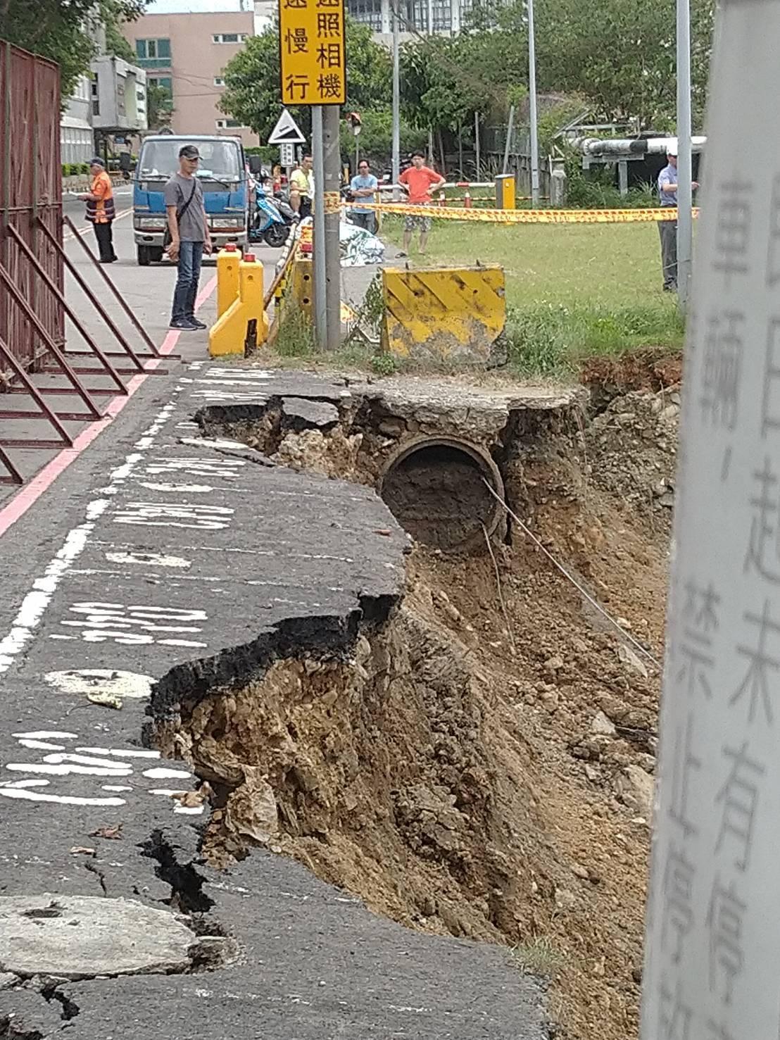 新北市泰山區南泰路昨晚約10點驚傳道路坍方,疑因連日豪雨造成道路擋土牆坍塌,目前...