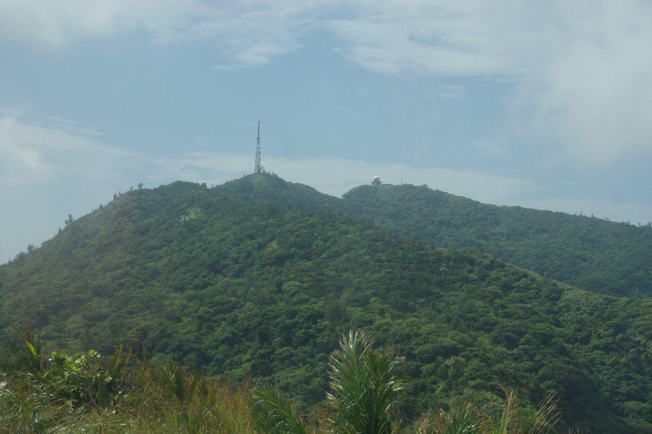 遙望綠島的火燒山頭,可以見到空軍的氣象雷達,一旁鐵塔則屬中華電信。記者程嘉文/攝...