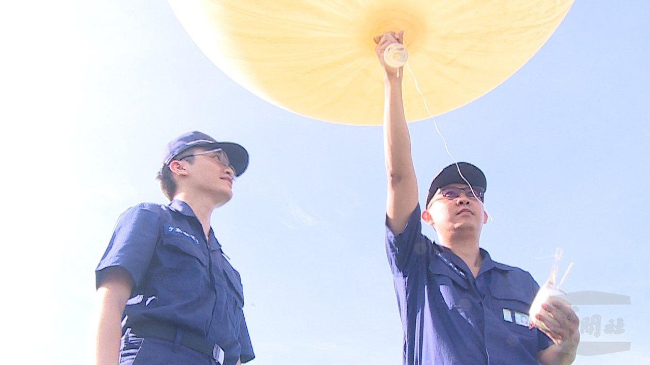 空軍氣象官兵施放探空氣球。圖/軍聞社