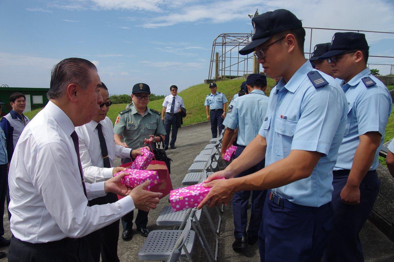 李棟樑(左)致贈禮品給綠島探空分隊官兵。記者程嘉文/攝影